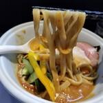 らーめん三極志 - 冷たいトマトカレーらーめんの麺リフト