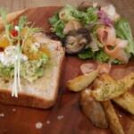 アキカフェ - 季節のサラダとオーブンベイクドポテト付スマッシュドアボカドと枝豆のスマッシュ自家製カッテージチーズの天然酵母トースト
