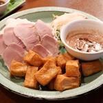 ベトナム料理 ホァングン - 揚げ豆腐と豚肉エビみそビーフン