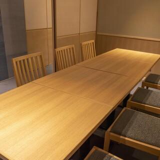 仕切りを外すと 8~12名様までの半個室にすることも可能です。