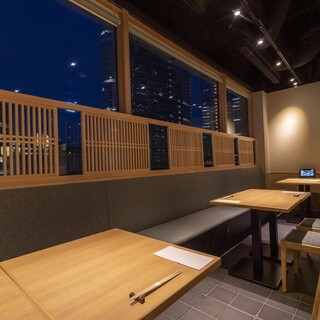 窓側のお席は連結して最大16名様の半個室にすることが可能でございます。