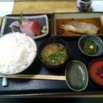 131843884 - 刺身盛と本日の煮魚(鯛)ご飯大盛