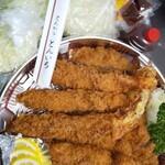 とんいち1 - 料理写真:エビフライ(中)とトンカツロースの盛り合わせ。サービスキャベツも。
