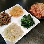 焼肉レストラン 八坂 あら川 - ナムルとキムチ
