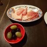 パラッツォ サン グスト - イタリア産生ハウとサラミ、モルタデッラハムの盛り合わせ&イタリア産オリーブ