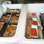 鳥藤 - チョット時間が無かったので… お弁当のラインナップの写メだけ… 左から 近江屋牛肉店さんのローストビーフ弁当 (ロービーのみorロービー&生姜焼き) 喫茶マコさんのほっこりおこわ、オールスターのり弁