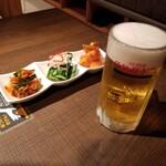 焼肉・韓国料理 KollaBo - キムチ盛り合わせとアサヒスーパードライ生