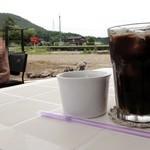 ケーズデリ - 本日のランチのドリンク(アイスコーヒー) 奥は田んぼです