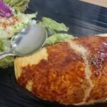 アキノキッチン - 料理写真:オムライスのプレート。デミは、黒いお皿だと、旨そう感が減ってるかも。