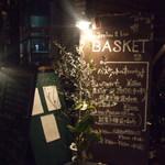 バスケット - 階段下入り口の看板達