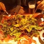 ワインの酒場。ディプント - 生ハムとサラミてんこ盛り+サラダ