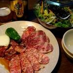 壱番亭 - 和牛プレートとチョレギサラダ。YEBISU中瓶あり。