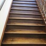 ビアレストラン 門司港地ビール工房 - 三半規管を狂わせる、傾いた階段。
