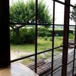 グランパ   - 座った席から眺めたお庭。とっても長閑です。