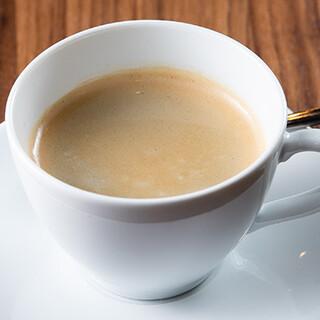 こだわりの深煎りコーヒーや爽やかなトロピカルシェイクが大人気