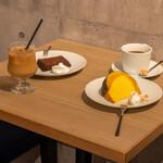 ココフラットカフェ 本町 - コーヒー類のカフェシーンのテーブル上
