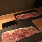 なっぱjuicy - 【A4ランク和牛サーロイン特大炙り寿司】アイポン8との大きさ比較