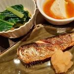 131960540 - 焼き魚は脂が乗ったふっくら肉厚な鰯、大根おろしまできっちり美味しい!奥は青菜と薄あげの煮物
