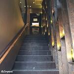 ガストロ スケゴロウ - 階段の先が店内です