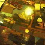 シャンティ 本店 - インドの写真と手書き書き込みが店内を飾る