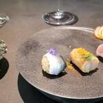 kainoya - ガストロバックSUSHI 袖烏賊のエディブルフラワー挟み タカ海老のシャリ巻き 小鰭 鰹の手巻き寿司  シャリはドライトマトの出汁とビネガーで味付けし、炊き上がりは少し硬めです