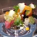 kainoya - (13)クリスタルサラダ(鹿児島の自家製栽培の野菜と京野菜に水や鰹出汁や鶏出汁をGV)、坂元黒酢のドレッシング、ブラッドオレンジのパウダー、パプリカのピューレ、胡椒のエスプーマ