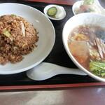 中華飯店ジャン - 牛肉入り黒チャーハンと半らーめんのセット(700円)