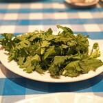 トラットリア カルネジーオ - 春菊のサラダ オリーブオイルとレモンと塩で