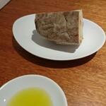 ラ・ターチ - パンは、今日はコムシノワさん。奈良のサマーシュさんご出身のお店のパンも使われているそうです。