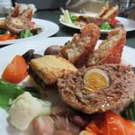 ヘルシーフレンチレストランあいうえお - 料理写真:メイン料理は小ぶり料理3種類に12種類の野菜料理添え