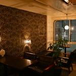 コンテナ カフェ&バー - 夜の店内