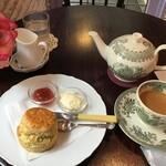 ベイク ラブ タイニー トリア ティールーム - スコーンと紅茶