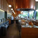 天ぷら さき亭 - 高い天井   広い  キッチン   広いカウンター