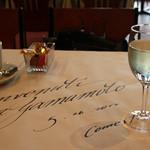 コメ・スタ - 紙の敷物。予約をすると紙に名前等書いてあります。<2012_05>
