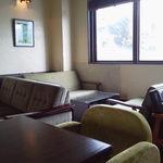 13208811 - 窓側ソファー席。
