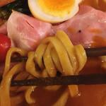 海老丸らーめん - アルデンテな食感の太く平たい麺