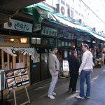 鮨文 - 寿司屋さんが並びます。