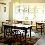 COUZT CAFE - 昼間の店内です。昼も夜も雰囲気◎!