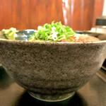 132119934 - 海鮮丼ご飯大盛り  正面から