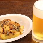 欧風居酒屋 TAKUMI - アンチョビポテト+生ビール