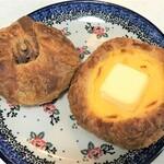 ベッカライマーロー - 料理写真:くるみデニッシュ(左)、クリームチーズ