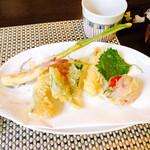 132137298 - 野菜の天ぷら(右から、プチトマト・大葉・スイートコーン・オクラ・カボチャ・ショウガ ※後からナス・さやえんどう が追加)@700