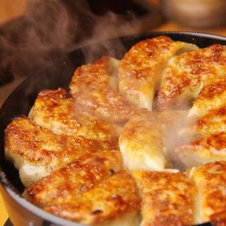 名物!手作りにこだわった鉄板餃子♪博多もつ鍋も大人気!