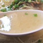 オレズ・マガラズ 須崎店 - 濃厚な牛骨出汁が効いたスープ。