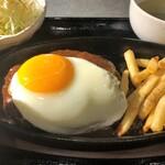 焼肉冷麺 ユッチャン。 - ハンバーグといえばお約束の光景。
