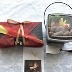 如月 - テイクアウト弁当は4種類あります。今回は2種類買いました。 ◆熟成熊本あか牛と糸島豚の塩麹メンチカツ弁当(1090円)、国産牛イチボもフレンチ・ステーキ丼(1390円)