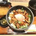 ginsharitokyuushuuumaimonnomisekuroan - 桜島鶏の照り焼き丼温玉のせ979円(税込)
