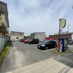 錦城 - 駐車場。 店舗のすぐ北側。