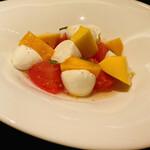 オビオビ - トマトのカプレーゼとマンゴー、モッツァレラ