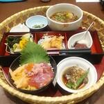 おひつごはん四六時中 - ミニ海鮮丼花籠(温かいそばに変更)